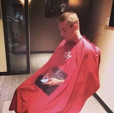 Пеньюар для парикмахера. Последовательность укрытия клиента пеньюаром