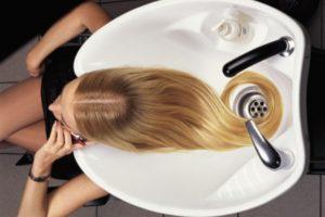 Мытье волос головы
